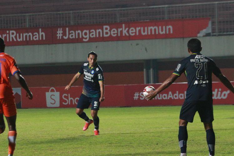 Ezra Walian mencoba melepaskan tembakan voli dalam pertandingan Persib Bandung vs Persiraja Banda Aceh pada ajang Piala Menpora 2021 yang digelar di Stadion Maguwoharjo, Sleman, Jumat (2/4/2021) malam WIB. Foto : Kompas.com