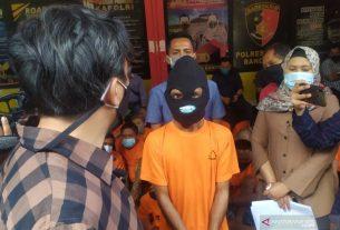 Polrestabes Bandung, di Bandung, Jumat, meringkus pria berinisial D yang menyiksa anak kandungnya sendiri. Foto : ANTARA.