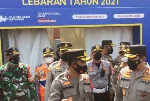 Kapolda Jabar Irjen Pol Ahmad Dofiri (kanan) saat meninjau pos penyekatan di Karawang. Foto : Antara