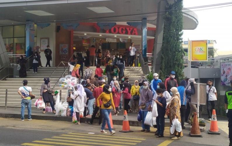 Antrean masyarakat menumpuk saat keluar dari salah satu mal yang ada di Kota Bandung, Jawa Barat. Foto : Antara